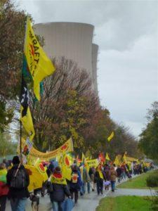 Demonstration gegen das AKW Grohnde. Statt Plutonium-Transporte fordern die AtomkraftgegnerInnen die sofortige Stilllegung des AKW. Foto: Dirk Seifert