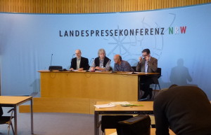 GronauUran-LPK-Unterschriften-Uebergabe-Duesseldorf-06032013-01a