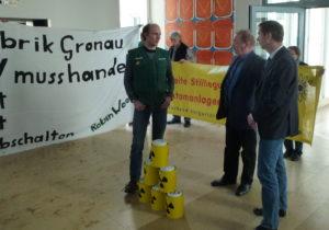GronauUran-LPK-Unterschriften-Uebergabe-Duesseldorf-06032013-30