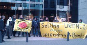 Proteste vor dem Niederländischen Parlament gegen URENCO.