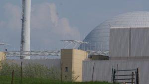 Anti-Terror-Schutz rund um die Reaktorkuppel am AKW Brokdorf. Foto: Dirk Seifert