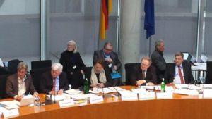 Kommission, ein Bericht und die Öffentlichkeit. Foto: Dirk Seifert