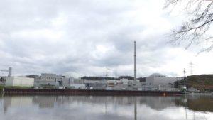 Die AKWs in Neckarwestheim: Ein Reaktor ist noch immer in Betrieb. Gelagert wird der hochradioaktive Atommüll in einem Tunnel rechts.