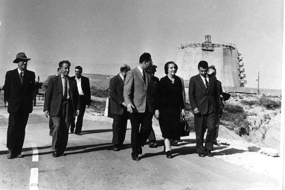 Noch älter als der Reaktor in Dimona ist der israelische Forschungsreaktors Sorek, der 1955 am Fluß Nahel Sorek errichtet wurde. Das Foto zeigt die frühere israelische Regierungschefin Golda Meir und den ehemaligen Arbeitsminister Shimon Peres im Jahr 1960 beim Besuch der Anlage. Foto: Israelische Atomenergie Kommission