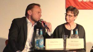 Hamburgs Innensenator Grote (SPD) und Elke Steven vom Grundrechtekomitee.
